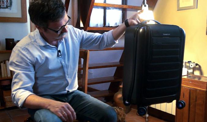4818078d0 La maleta que carga tu móvil y que te avisa cuando la dejas olvidada ...
