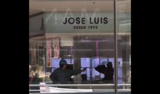 6f523cd99f0d Cuatro detenidos en relación al robo en el centro comercial de  Castelldefels EL MUNDO
