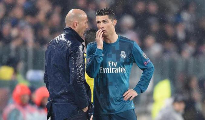 Cristiano Ronaldo y Zidane hablan durante el partido en Turín. ALESSANDRO  DI MARCO EFE Vídeo  EL MUNDO 2084cee231940