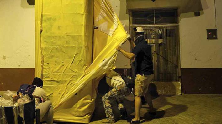una noche con la brigada de limpieza de lazos amarillos en