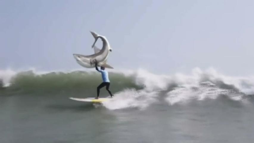 KFC parodia el ataque de un tiburón que sufrió el surfista Mick Fanning de66cdcf48d
