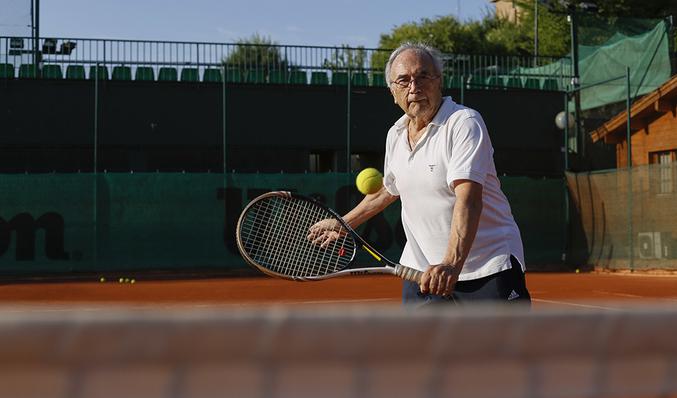 fc999db2 Carlos Rodríguez, 82 años, entrenando en el Club de Tenis Chamartín.