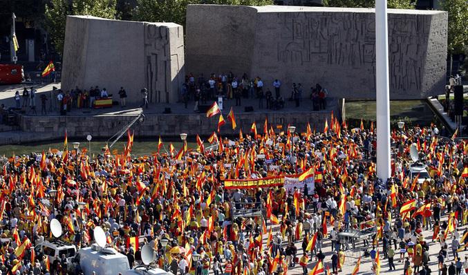 Miles de personas llenan la plaza de Colón para defender la unidad de España  Foto  Javier Soriano  85a670b8a5c