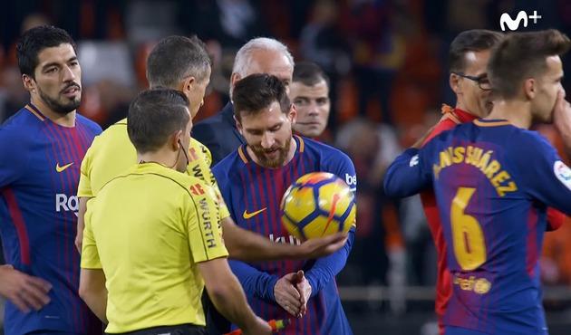 Video thumbnail for El gesto de Messi con Iglesias Villanueva para  explicarle que había entrado el 27bdb388c4c0a