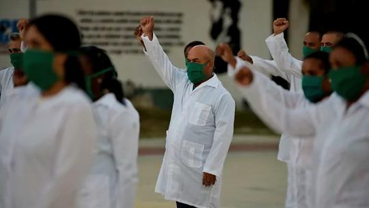 El Gobierno rechaza que Cuba ayude contra el coronavirus EL MUNDO (Vídeo) // AFP (Foto)