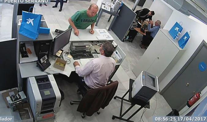 El surrealista atraco a un banco de Puerto Serrano  5a438db7e6c8