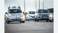 Montados en un Nissan Leaf autónomo por carreteras sin marcas, autovías y rotondas