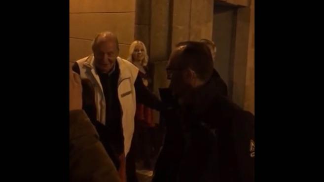 """El Rey Juan Carlos, objeto de las burlas en Vigo: """"Viva la República"""", """"¿Qué tal el centollo?"""""""