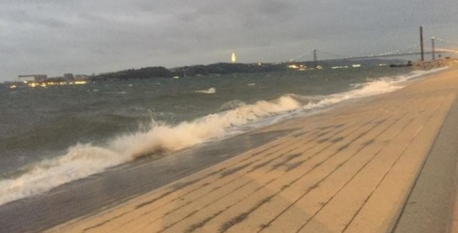 El huracán Leslie provoca daños y deja a miles de personas sin electricidad en Portugal