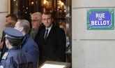 El presidente francés, Emmanuel Macron, sale de un café cercano al...