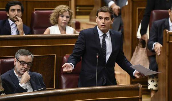 """Rivera acusa a Sánchez e Iglesias de """"humillar a los españoles"""" por negociar los Presupuestos en la cárcel"""