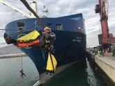 Activistas de Greenpeace protestan en el Puerto de Bilbao por la venta...