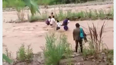 El arriesgado camino al colegio de unos niños peruanos