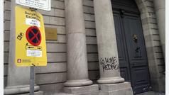 Pintadas contra Sánchez en la Llotja, sede el Consejo de Ministros el viernes