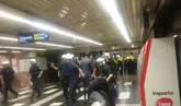 Manteros y policía enfrentados en el metro de Barcelona
