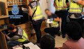 La Policía Nacional durante uno de los registros tras desarticular la...
