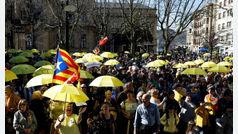 Protesta de paraguas amarillos en San Sebastián contra el juicio del 'procés'