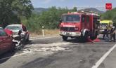 Un equipo de bomberos acude al lugar donde se ha producido el choque...