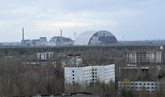La ciudad fantasma de Pripiat, con la central de Chernóbil al fondo