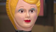 Un restaurante de lujo llena de muñecos las ?ausencias? del distanciamiento social