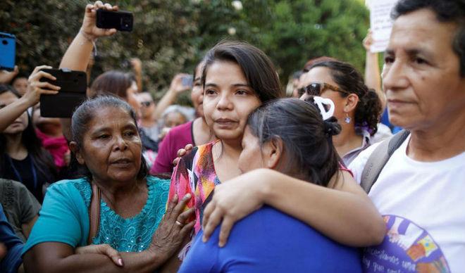 Resultado de imagen para El Salvador absuelve a la joven acusada de intento de homicidio del bebé que tuvo producto de una violación