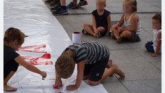 Niños guipuzcoanos pintan las pancartas con las que la izquierda abertzale pide la libertad de una etarra
