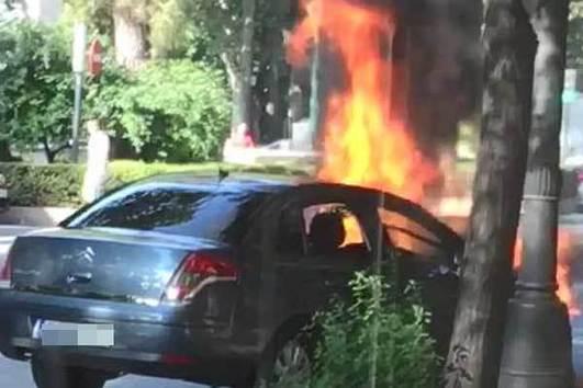 Arde un vehículo en plena Gran Vía de Valencia tras un fallo eléctrico en el motor