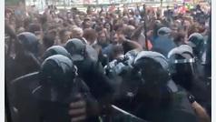 Una multitud espera a las Fuerzas de Seguridad