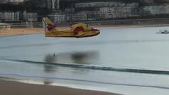 Estupefacción ante la maniobra de un hidroavión en la playa de la Concha