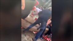Hinchas del Liverpool tiran a un vendedor ambulante a una fuente en Barcelona