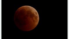 El eclipse más largo del siglo tiñó a la luna de rojo