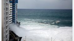 Las fuertes olas obligan a desalojar 65 viviendas en Tenerife