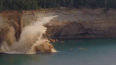 A punto de morir al ser alcanzados por un acantilado que se derrumba en el Lago Michigan