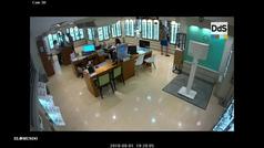 Una cámara de seguridad muestra el momento en que un miembro de 'La Manada' roba unas gafas