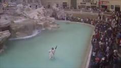 Un hombre salta a la 'Fontana di Trevi' disfrazado de senador romano
