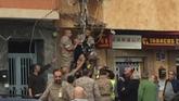 Compañeros del paracaidista le rescatan de la fachada de un edificio...