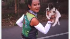 Esta joven adopta un cachorro en mitad de una maratón