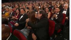 Gana un premio y le pide matrimonio a su mujer en los Emmys