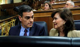 Pedro Sánchez, con la vicepresidenta del Gobierno, Carmen Calvo, este...