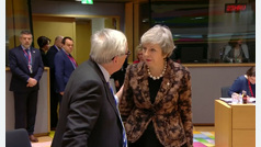 Tenso encontronazo entre Theresa May y Jean-Claude Juncker en Bruselas