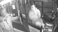 Una conductora de autobús auxilia a un vagabundo