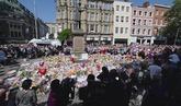 Los asistentes al homenaje a las víctimas de Manchester cantan 'Don't...