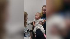 La reacción de una bebé al escuchar por primera vez