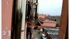 Rescatan en China a un niño que quedó suspendido en el balcón de un cuarto piso