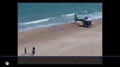La policía baja a buscar a un hombre en un helicóptero que se saltó el confinamiento en una playa