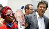 Seguidores de Lula da Silva junto a Fernando Haddad.