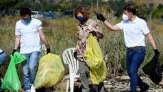 La Reina Sofía participa en una recogida de basura en el campo