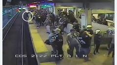 Salvado de ser atropellado por el metro