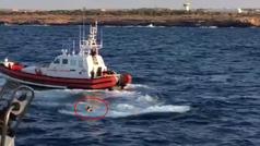 Un inmigrante se tira al agua para llegar nadando a Lampedusa