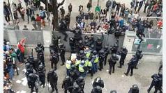 Policías enredados en un colegio de Gerona